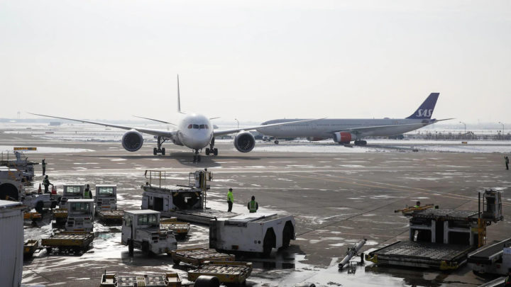 Un Boeing 787 devant un Airbus A330 de la compagnie SAS sur le tarmac de l'aéroport international O'Hare à Chicago